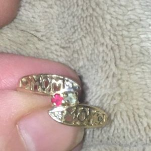 Beautiful 10K Gold Mom Birthstone Ring 7